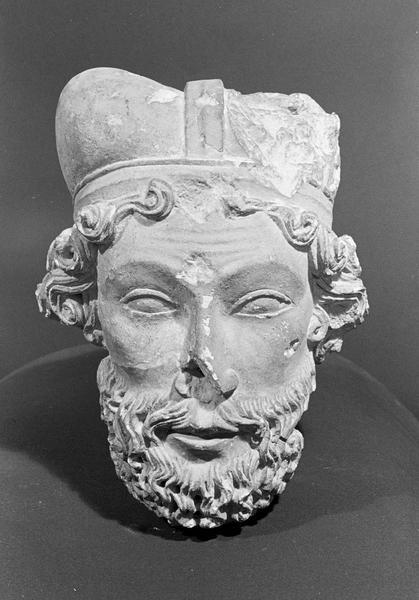 Statue en pierre de Courville, fragment : tête d'homme barbu et coiffé, de face