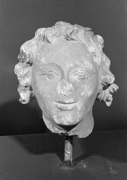 Statue en pierre de Courville, fragment : tête d'ange, de face