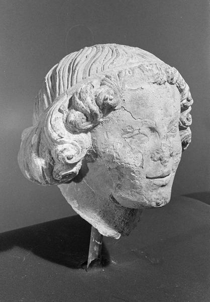 Statue en pierre de Courville, fragment : tête d'ange, de trois quarts droit