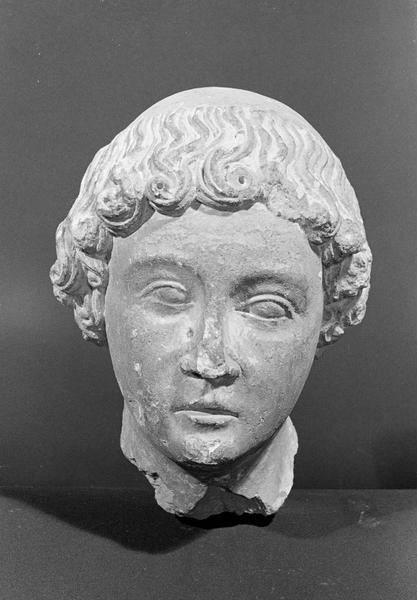 Statue en pierre de Courville, fragment : tête de jeune homme avec tonsure, de face