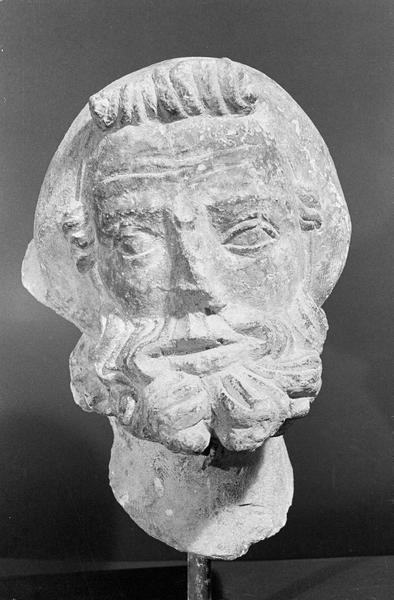 Statue en pierre de Courville, fragment : tête d'homme barbu coiffé, de face