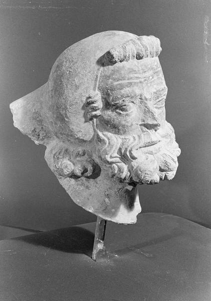 Statue en pierre de Courville, fragment : tête d'homme barbu coiffé, de trois quarts droit