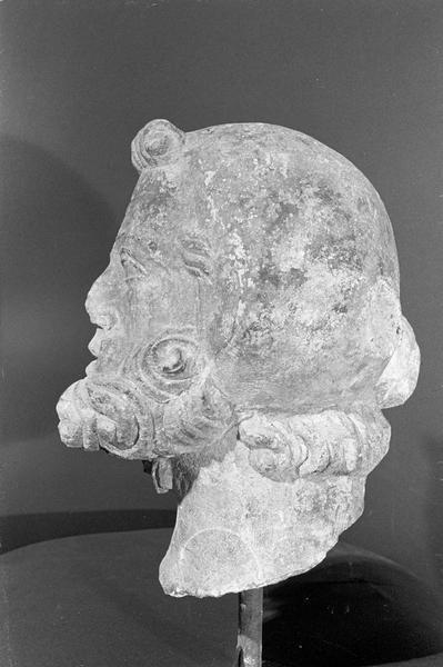 Statue en pierre de Courville, fragment : tête d'homme barbu coiffé, profil gauche
