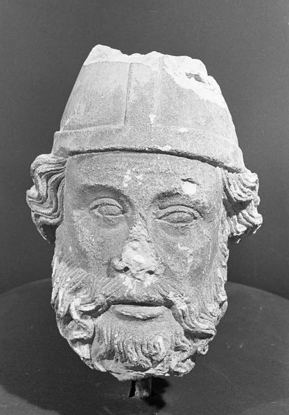 Statue en pierre de Courville, fragment : tête d'évêque barbu, de face
