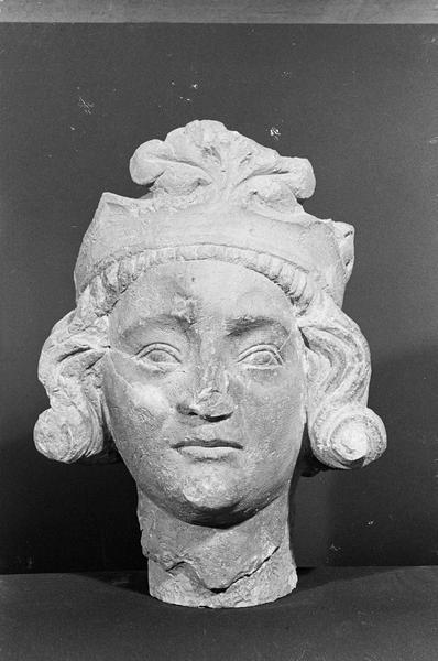 Statue en pierre de Romain, fragment : tête de roi imberbe, de face