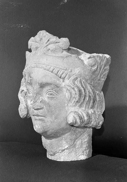 Statue en pierre de Romain, fragment : tête de roi imberbe, de trois quarts gauche