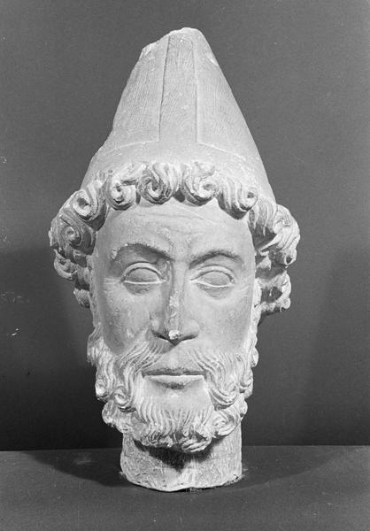 Statue, fragment : tête d'évêque barbu, de face