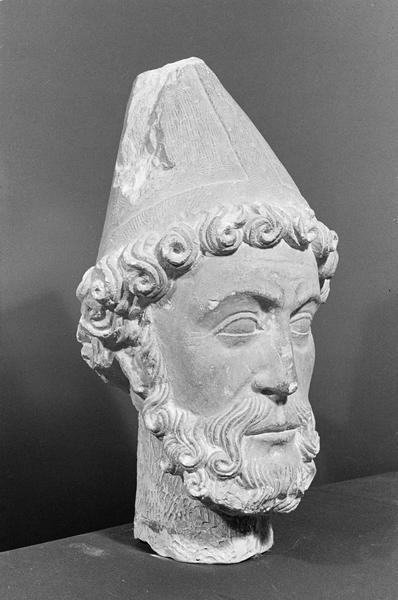 Statue, fragment : tête d'évêque barbu, de trois quarts droit