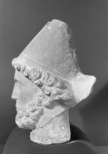 Statue, fragment : tête d'évêque barbu, profil gauche