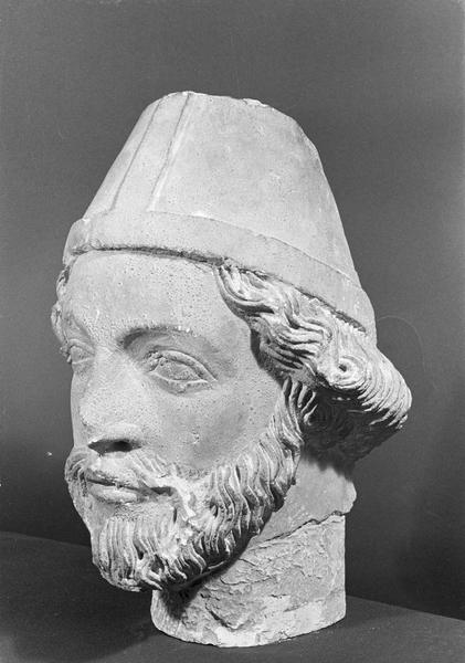 Statue en pierre de Courville, fragment : tête d'évêque barbu, de trois quarts gauche