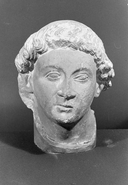 Statue en pierre de Saint-Maximin, fragment : tête de jeune homme avec tonsure, de face