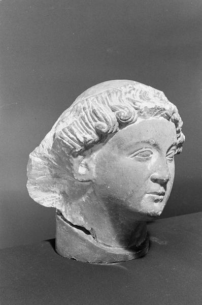 Statue en pierre de Saint-Maximin, fragment : tête de jeune homme avec tonsure, de trois quarts droit