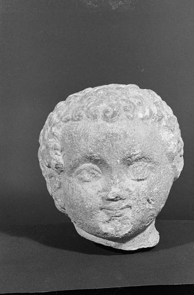 Statue en pierre de Saint-Maximin, fragment : tête d'enfant, de face