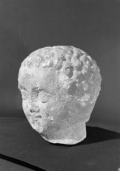 Statue en pierre de Saint-Maximin, fragment : tête d'enfant, de trois quarts gauche