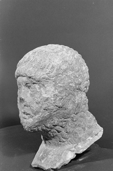 Statue en pierre de Courville, fragment : tête de chevalier portant une cotte de mailles, de trois quarts gauche