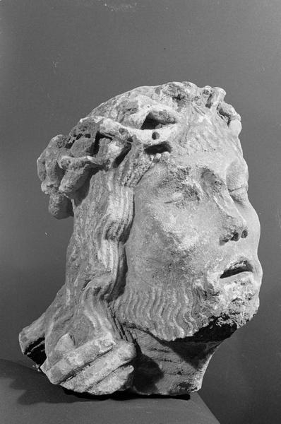 Statue, fragment : tête de Christ couronné d'épines, de trois quarts droit