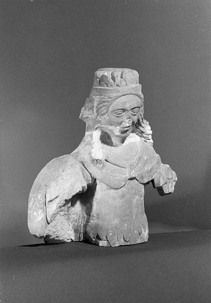 Statue en pierre de Courville, fragment : buste de femme couronnée, de trois quarts droit