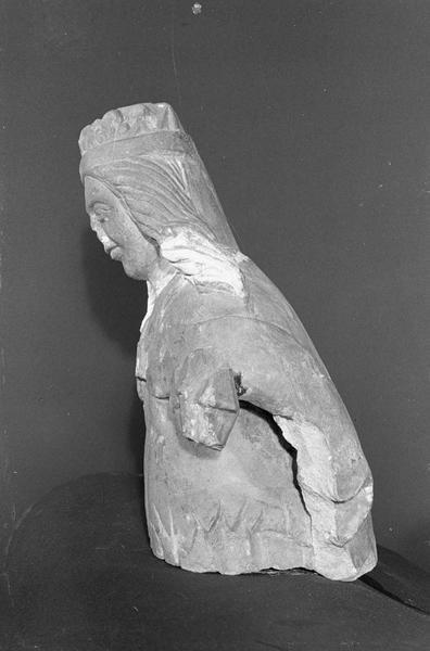 Statue en pierre de Courville, fragment : buste de femme couronnée, profil gauche