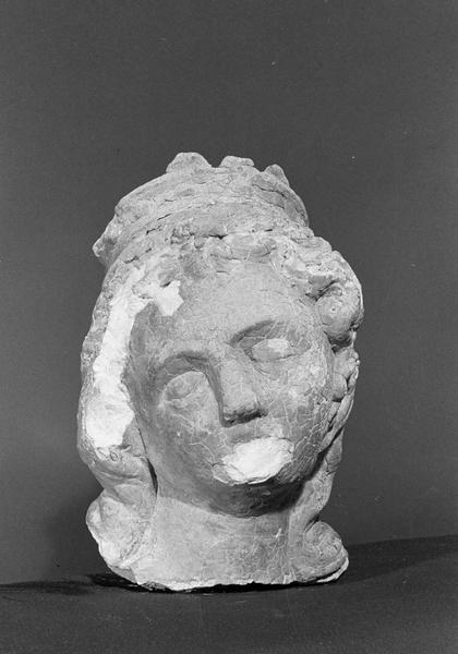 Statue en pierre de Courville, fragment : tête de femme couronnée, de face