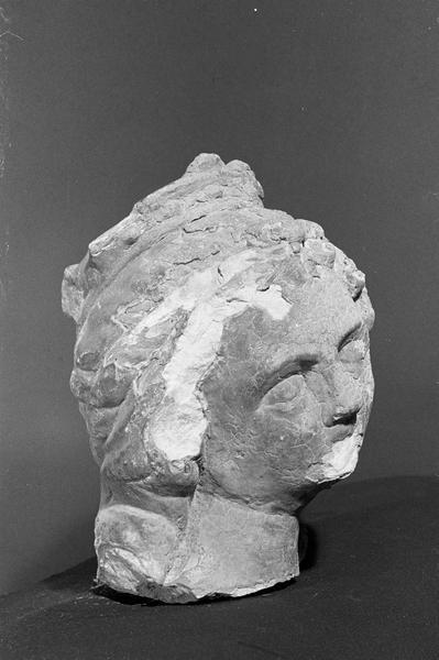 Statue en pierre de Courville, fragment : tête de femme couronnée, de trois quarts droit