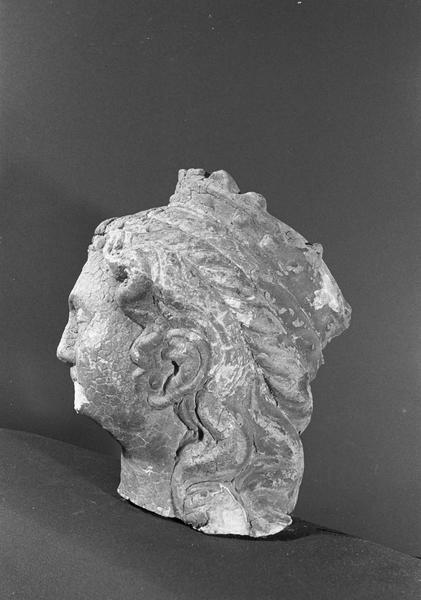 Statue en pierre de Courville, fragment : tête de femme couronnée, profil gauche