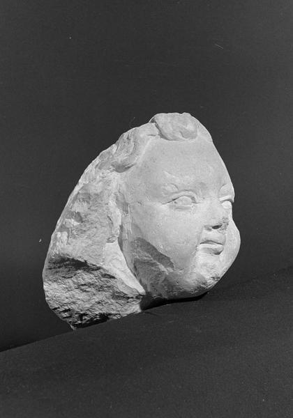 Statue en pierre de Courville, fragment : tête d'angelot, de trois quarts droit