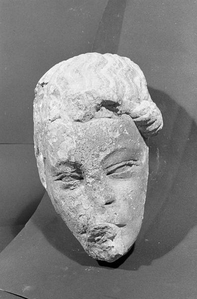 Statue en pierre de Romain, fragment : tête d'ange, de face