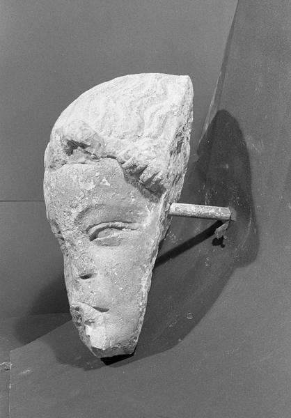 Statue en pierre de Romain, fragment : tête d'ange, de trois quarts gauche