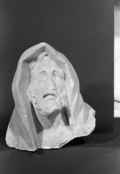Statue en marbre blanc, fragment : tête de vieillard portant un capuchon, de face