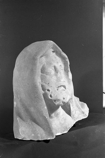 Statue en marbre blanc, fragment : tête de vieillard portant un capuchon, de trois quarts droit