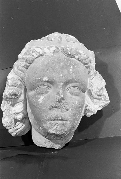 Statue en pierre de Courville, fragment : tête de reine (supposé), de face