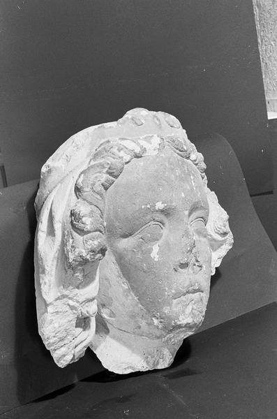 Statue en pierre de Courville, fragment : tête de reine (supposé), de trois quarts droit