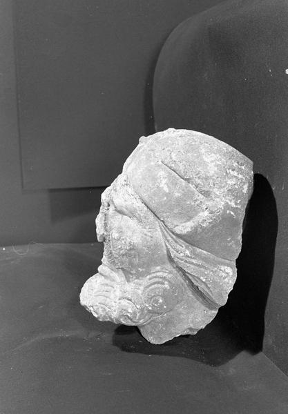 Statue en pierre de Courville, fragment : tête d'homme borgne (supposé), profil gauche