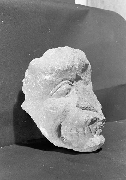 Statue en pierre de Courville, fragment : tête de diable (supposé), de trois quarts droit