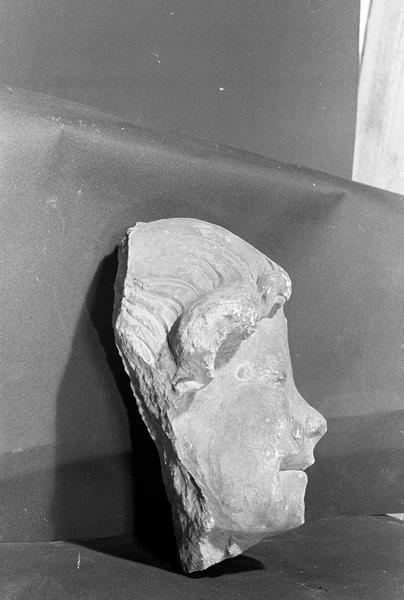 Statue en pierre de Courville, fragment : tête d'angelot, profil droit