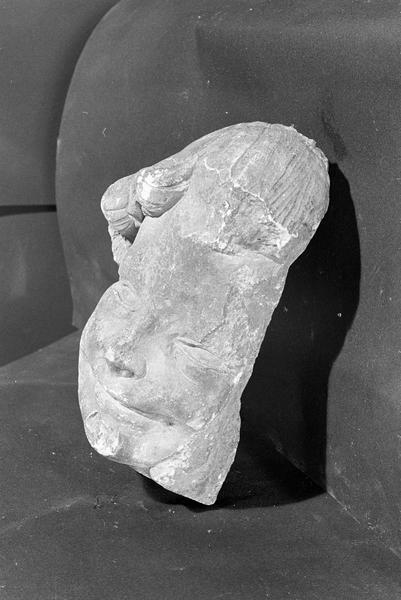 Statue en pierre de Courville, fragment : tête d'angelot, de trois quarts gauche
