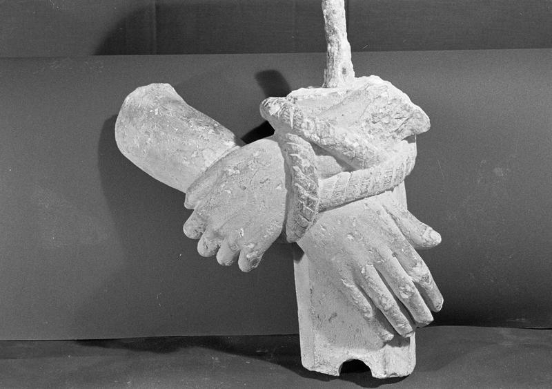 Statue en pierre de Courville, fragment : mains liées par une corde, de face