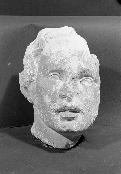 Statue en pierre de Courville, fragment : tête d'homme, de face