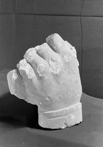Statue en pierre de Courville, fragment : main gauche tenant un objet