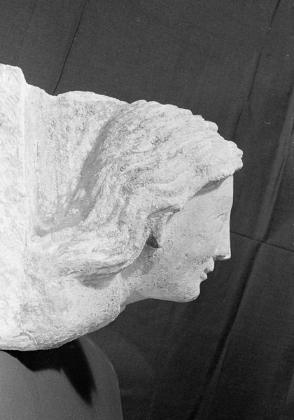 Corbeau en pierre de Courville : tête de femme, profil droit