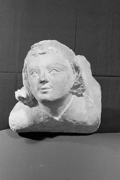 Corbeau en pierre de Courville : tête de femme, de face