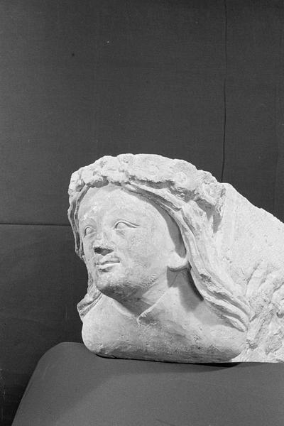 Corbeau en pierre de Courville : tête de femme avec couronne de fleurs, de trois quarts gauche