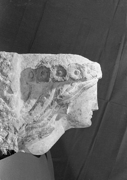 Corbeau en pierre de Courville : tête de femme avec couronne de fleurs, profil droit