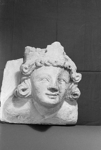 Corbeau en pierre de Courville : tête de roi, de face