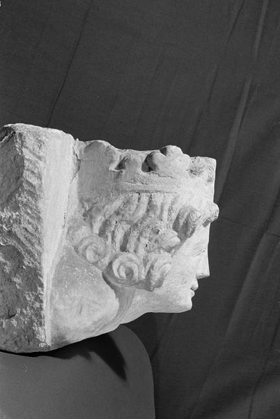 Corbeau en pierre de Courville : tête de roi, profil droit
