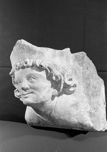 Corbeau en pierre de Courville : tête de roi, de trois quarts gauche