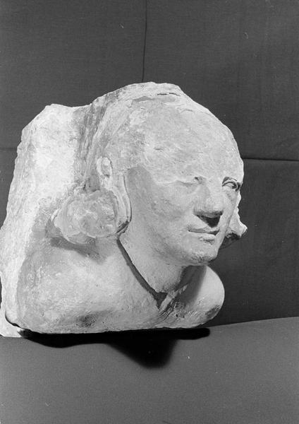 Corbeau en pierre de Courville : tête, de trois quarts droit