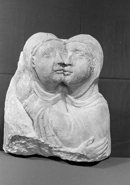 Statue en pierre de Courville, fragment : deux bustes représentant la Visitation, de face