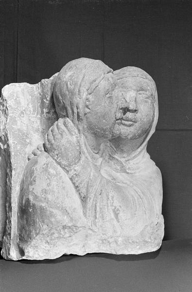 Statue en pierre de Courville, fragment : deux bustes représentant la Visitation, de trois quarts droit