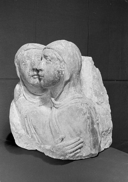 Statue en pierre de Courville, fragment : deux bustes représentant la Visitation, de trois quarts gauche